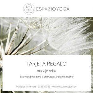 Imagen del Tarjeta Regalo para un masaje relax de espazioyoga en Madrid con unos flores de fondo y dos cuadros blancos con el logotipo y el texto