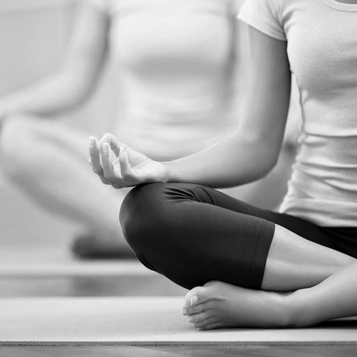 Imagen en blanco y negro de Marieke haciendo meditacion sentada en posición de loto